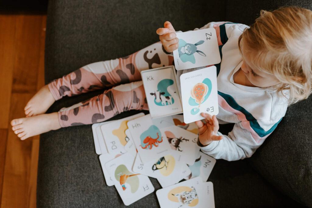 zakaj-so-kartice-tako-ucinkovite-pri-razvoju-otrokovih-mozganov