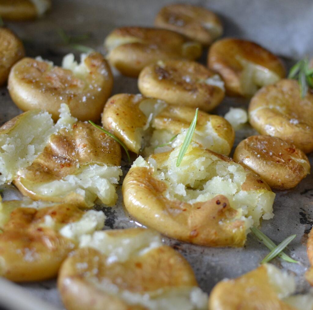 smashed-potatoes-potlacen-krompir-z-zelisci